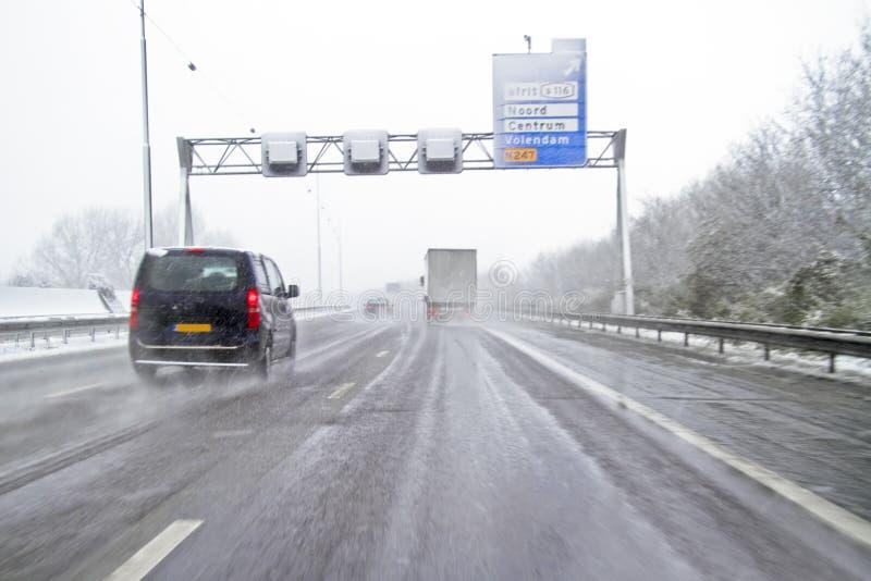 Sneeuwstorm op de weg in Nederland royalty-vrije stock fotografie
