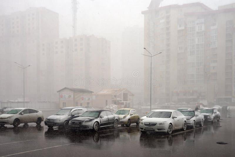 Sneeuwstorm plotseling van het verpletteren op auto's op het vierkant in een woonwijk van de stad van Krasnoyarsk worden geparkee royalty-vrije stock afbeelding