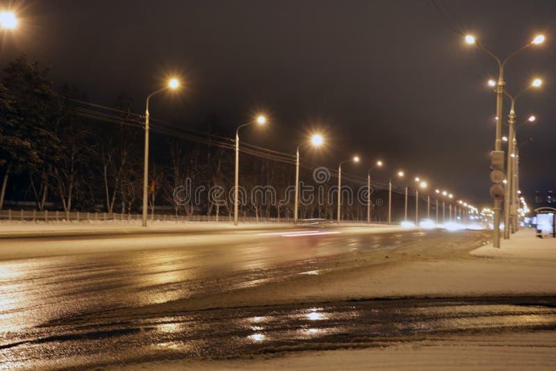 Sneeuwstorm, slecht zicht, gladde wegen en partijen van verkeer stock foto