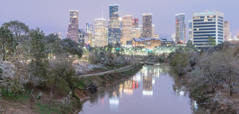 Sneeuwval langs Bayou-Rivierbank en Houston van de binnenstad stock fotografie