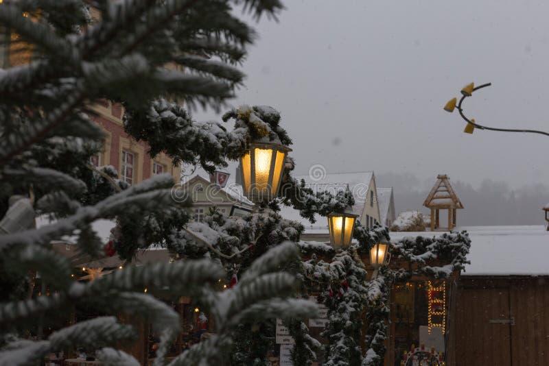 sneeuwval op Kerstmismarkt in komst 2 december stock fotografie