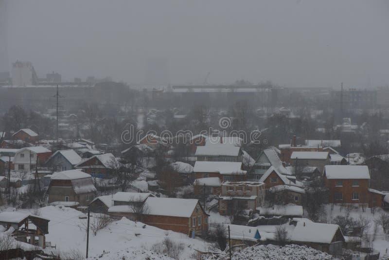 Sneeuwval over het gebied met privé huizen in de stad van Cheboksary Tsjoevasjië Cheboksary Rusland royalty-vrije stock fotografie