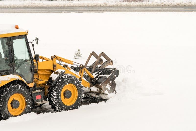 Sneeuwverwijdering De machine of het voertuig die van de wiellader sneeuw verwijderen uit de wegen royalty-vrije stock afbeelding