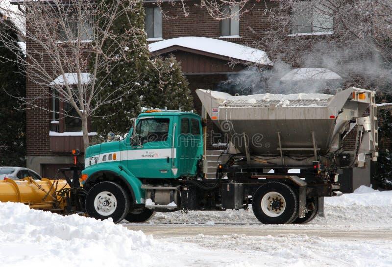 Sneeuwverwijdering en weg zoute vrachtwagen stock foto