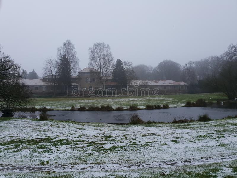 sneeuwvijver in een woongebied royalty-vrije stock fotografie
