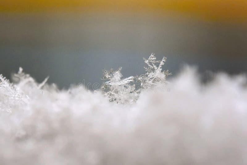 sneeuwvlok Macrofoto van echt sneeuwkristal Mooie de winter seizoengebonden aard als achtergrond en het weer in de winter royalty-vrije stock afbeelding