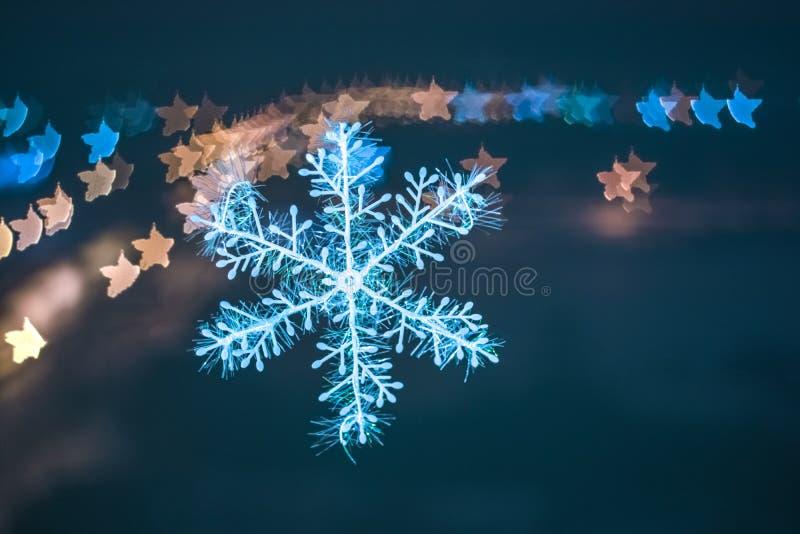 Sneeuwvlok met vage kleurenachtergrond stock foto's