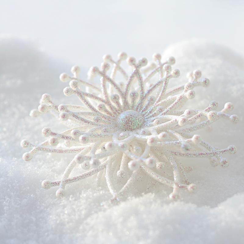 Sneeuwvlok in witte sneeuw stock fotografie