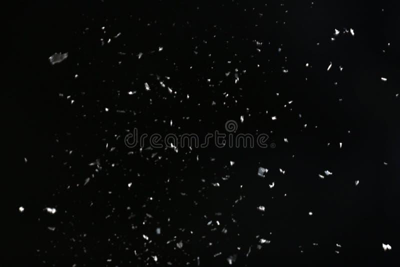 Sneeuwvlokken die op zwarte achtergrond vallen royalty-vrije stock fotografie