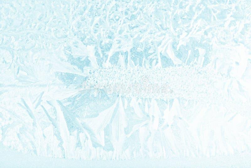 Sneeuwvlokken en ijs op bevroren venster stock afbeeldingen