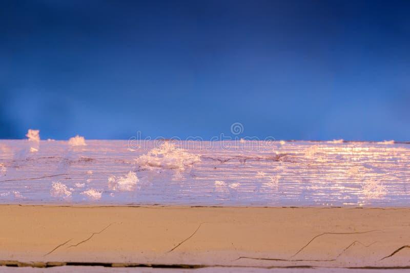 Sneeuwvlokken op oud geschilderd hout met selectieve nadruk stock fotografie