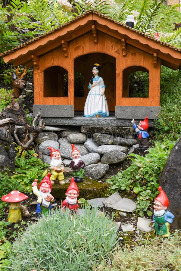 Sneeuwwitje en Dwergen op een tuin van een huis royalty-vrije stock fotografie