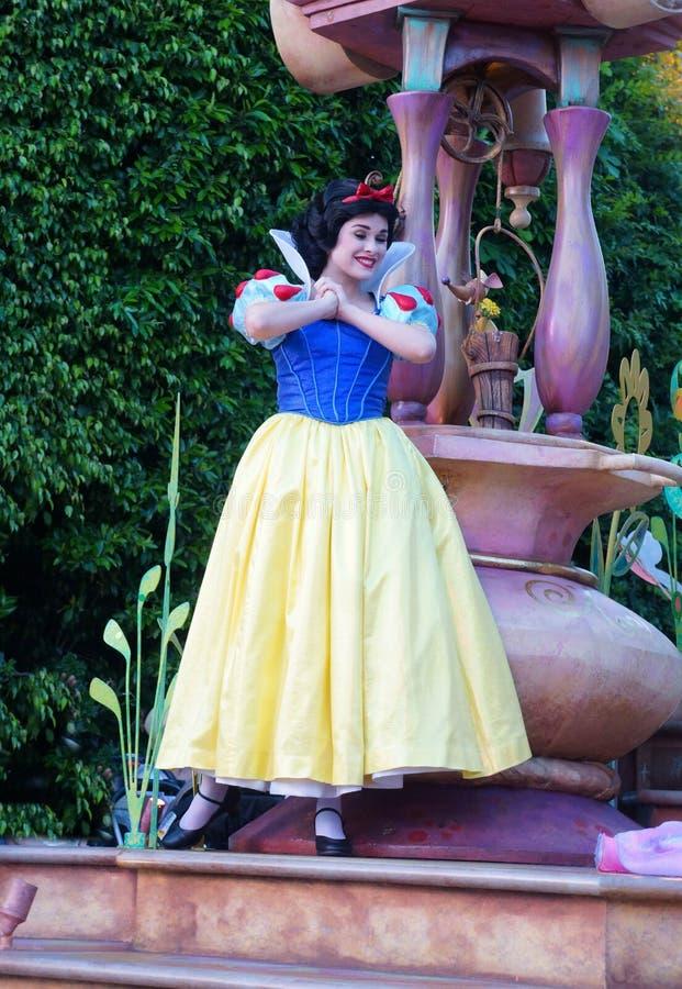 Sneeuwwitjekarakter op Vlotter in Disneyland Fantasieparade stock foto