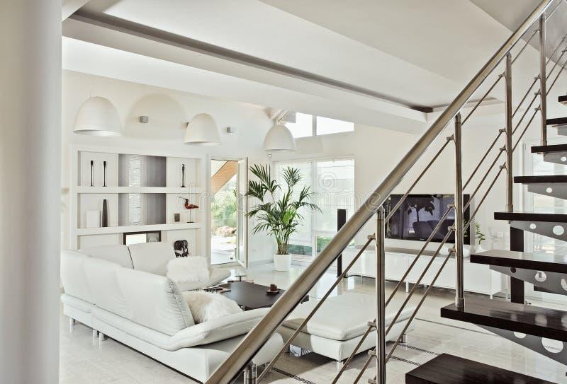 Sneeuwwitte woonkamer modern binnenland royalty-vrije stock fotografie