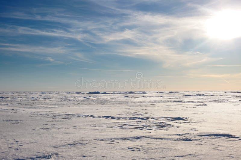 Sneeuwwoestijn en blauwe de winterhemel Bergen op de horizon stock foto