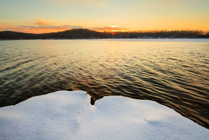Sneeuwzonsondergang bij het Meer stock foto's