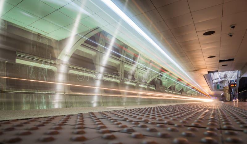 Snel bewegende lange blootstelling van metro ondergrondse tunnel stock fotografie