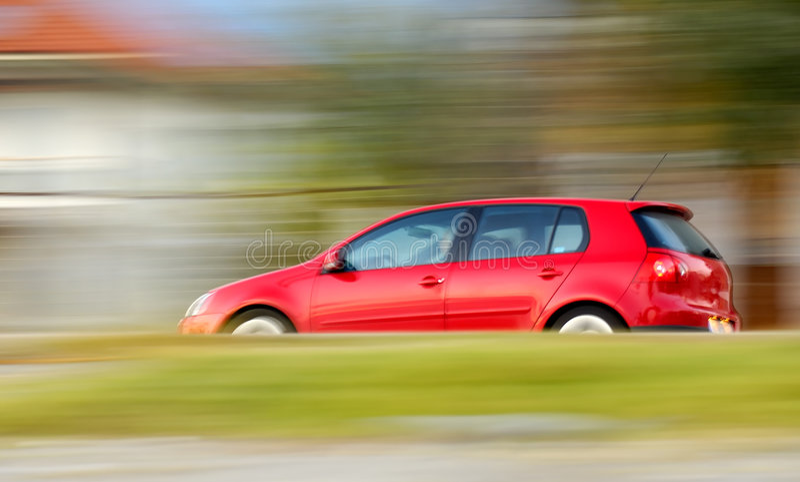 Snel bewegende rode auto royalty-vrije stock afbeelding