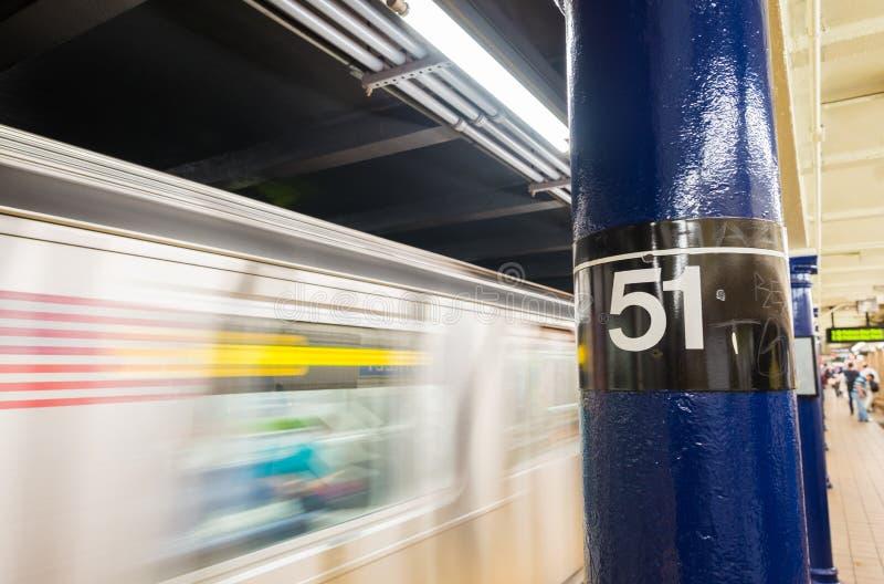 Snel bewegende trein in de metro van New York 51ste straatpost royalty-vrije stock foto's