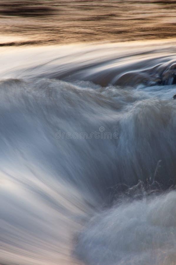 Snel bewegende vage stroomversnelling in Afrikaanse Rivier bij zonsondergang royalty-vrije stock afbeeldingen