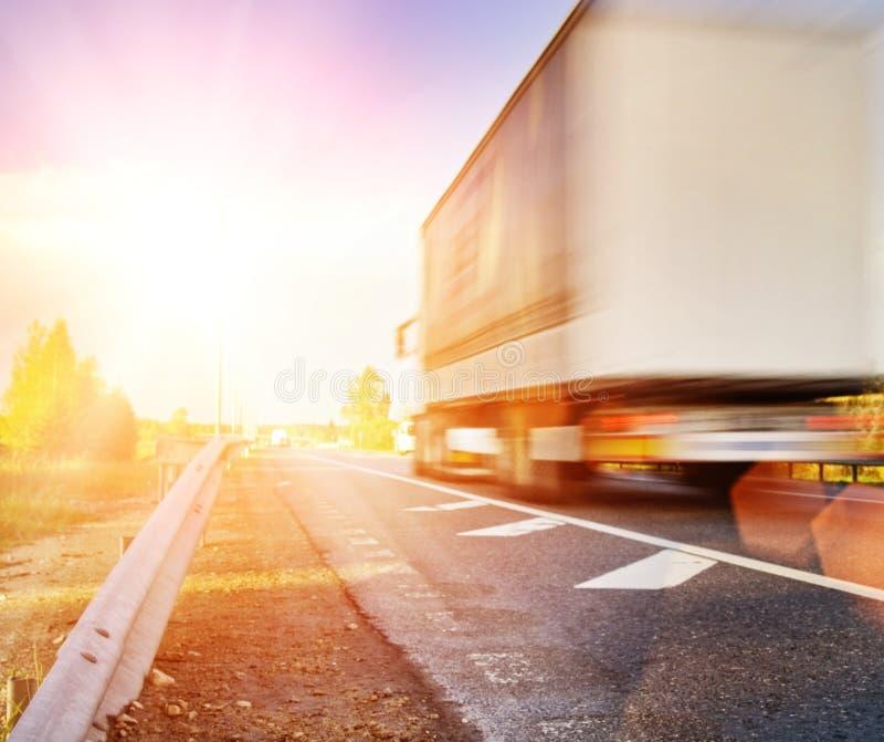 Snel bewegende vrachtwagen stock foto's