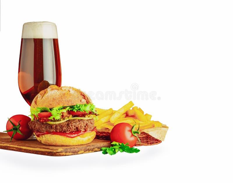 Snel eten met een glas bier Geïsoleerd op witte achtergrond royalty-vrije stock foto's
