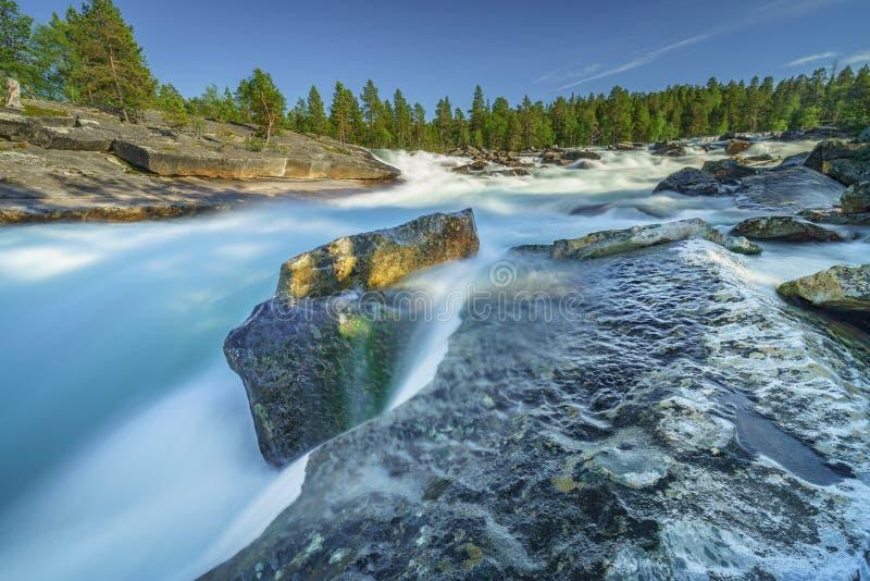 Snel lopende stroomversnelling in de Noordpoolcirkel royalty-vrije stock foto's