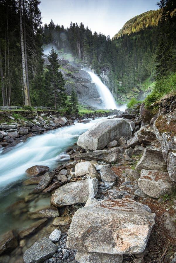 Snel stromende rivier en Weg aan Krimml-Watervallen binnen, Oostenrijk stock afbeeldingen