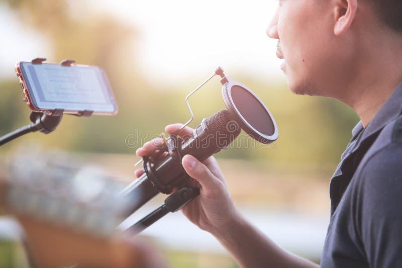 Snel-up Singer die een microfoonstandaard houdt en uitvoert royalty-vrije stock foto