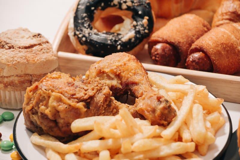 Snel voedsel en ongezond het eten concept - sluit omhoog van snel voedselsnacks en koladrank op witte lijst royalty-vrije stock afbeelding