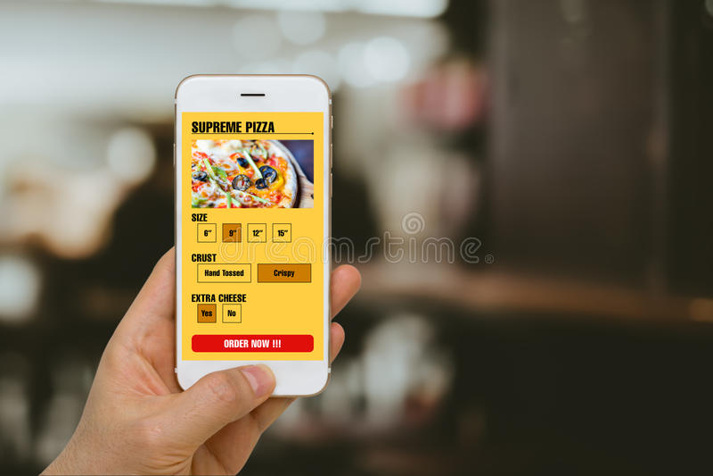 Snel Voedsel, Pizza, die tot Concept opdracht geven dat door Smartphone App in Online Mobiliteitsera wordt geïllustreerd stock foto's