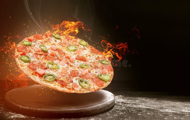 Snel voedselpizza op brand hoog - het concept van het kwaliteits snelle voedsel stock foto