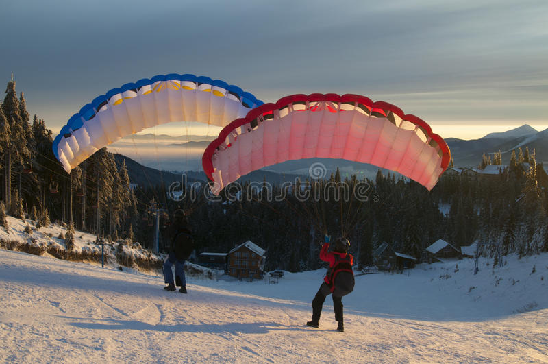 Snelheid die in de winterbergen vliegen royalty-vrije stock foto's