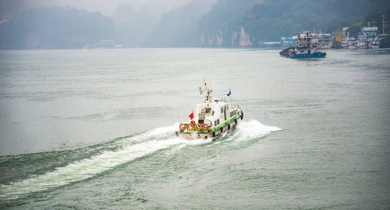 Snelheidsboot die over Yangtze-rivier varen stock foto
