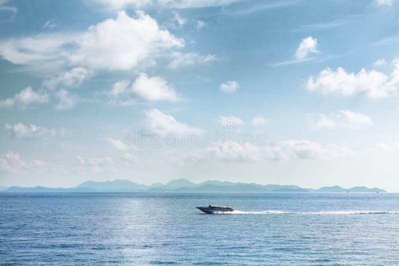 Snelheidsboot die zich op blauwe tropische overzees Thailand bewegen royalty-vrije stock foto's