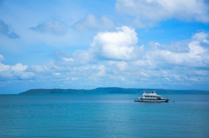 Snelheidsboot in het overzees stock afbeelding