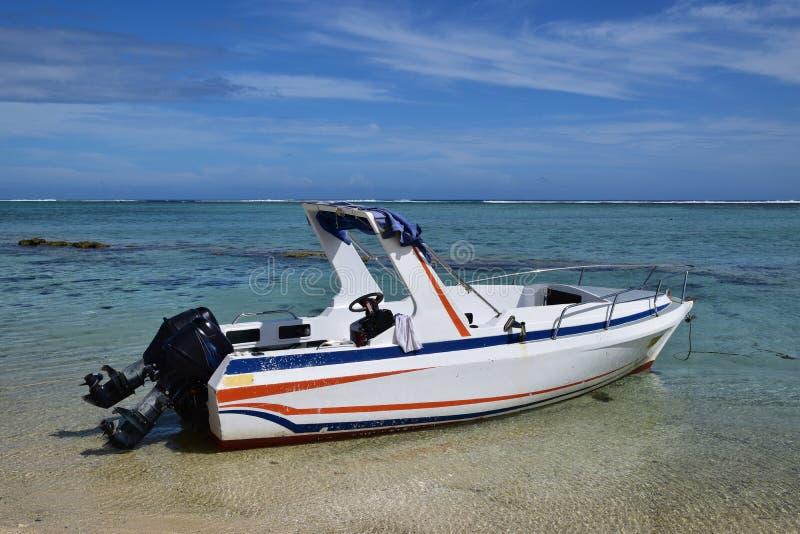 Snelheidsboot met buitenboordmotormotor stock foto's