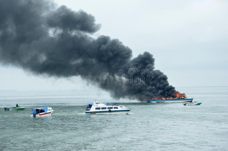 Snelheidsboot op brand in Tarakan, Indonesië