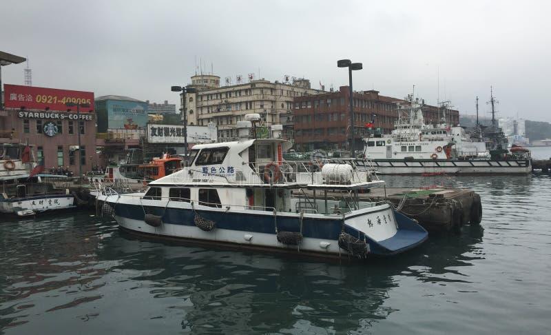 Snelheidsboten bij Keelung-haven royalty-vrije stock afbeelding