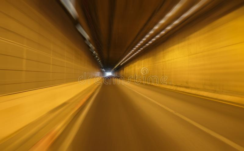 Snelheidsmotie op de weg in van de tunnelsinaasappel en motie stroken, onduidelijk beeld en beweging, exemplaarruimte stock foto's