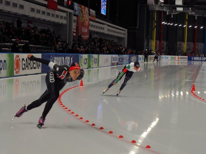 Snelheidsschaatsers in de strijd voor de kop stock afbeeldingen