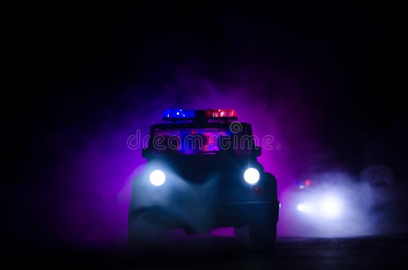 snelheidsverlichting van politiewagen in de nacht op de weg Politiewagens op weg die zich met mist bewegen Selectieve nadruk jach royalty-vrije stock foto's