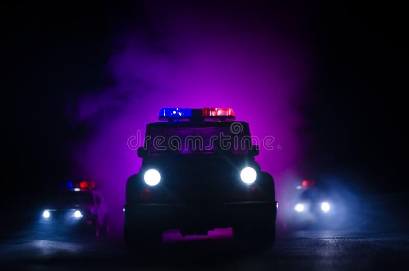 snelheidsverlichting van politiewagen in de nacht op de weg Politiewagens op weg die zich met mist bewegen Selectieve nadruk jach royalty-vrije stock afbeeldingen