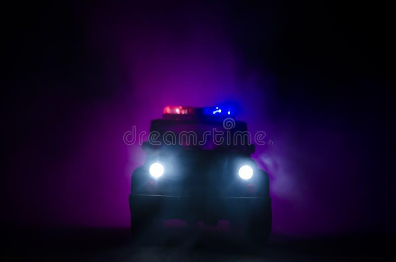 snelheidsverlichting van politiewagen in de nacht op de weg Politiewagens op weg die zich met mist bewegen Selectieve nadruk jach royalty-vrije stock foto