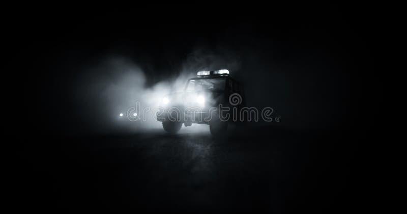 snelheidsverlichting van politiewagen in de nacht op de weg Politiewagens op weg die zich met mist bewegen Selectieve nadruk jach stock afbeeldingen