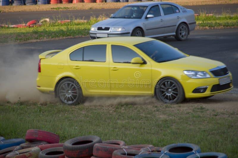 Snelle auto's in een ras stock afbeelding