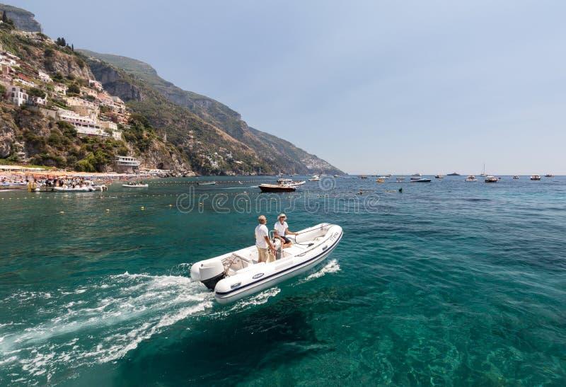 Snelle boot op blauwe overzees in Positano Positano is een kleine stad in Campania royalty-vrije stock fotografie