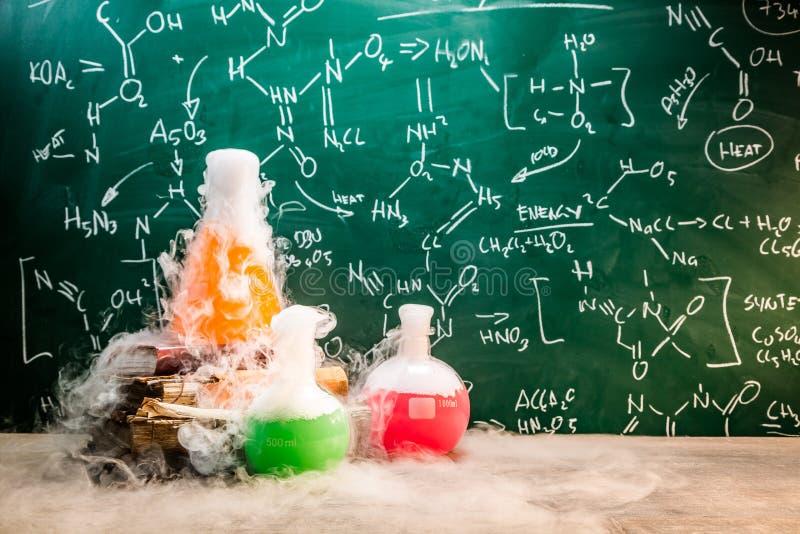 Snelle chemische reactie op chemielessen in school stock foto