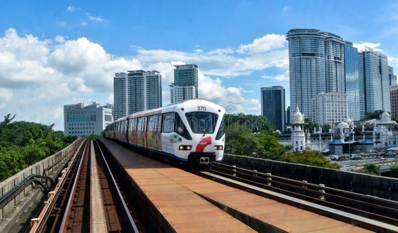 Snelle KL - Lichte Spoortrein in Kuala Lumpur, Maleisië stock foto's