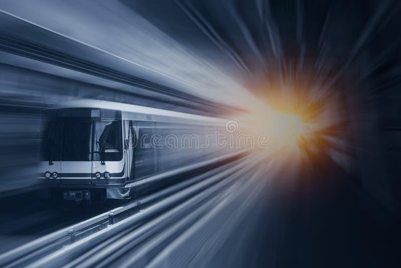 Snelle snelheidstrein in metro bij hoge snel met het effect van het motieonduidelijke beeld royalty-vrije stock afbeelding